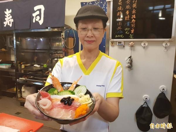 基隆仁愛市場「鈺 刺身丼」日本料理店,店內人氣招牌綜合刺身丼飯,讓人看了垂涎三尺。(記者俞肇福攝)