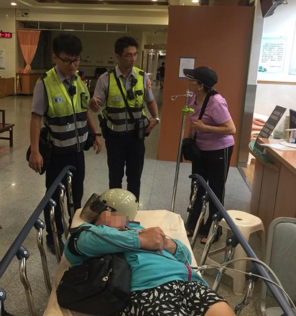 員警見被毒蛇咬傷的婦人情況危急,緊急接手用警車搭載她到醫院救治。(記者王峻祺翻攝)