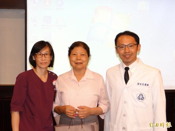 在第三次手術喜獲重生的蔡姓婦人(中)回到新樓醫院感謝神經外科主治醫師趙家宏妙手回春。(記者王俊忠攝)