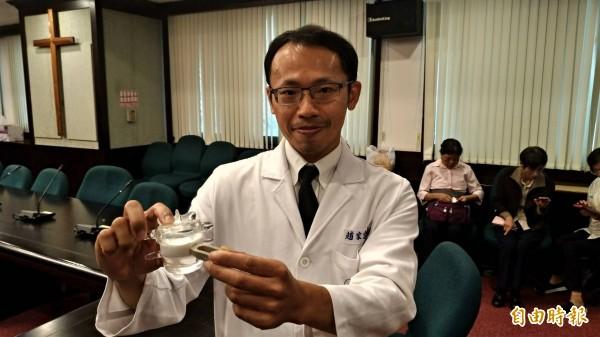 新樓醫院神經外科醫師趙家宏以腰椎側開微創手術為前兩次他院手術失敗不良於行的蔡姓患者開啟重生契機。(記者王俊忠攝)