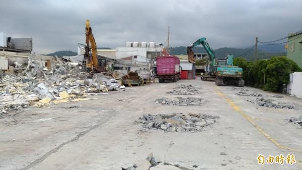 金樽會館礁溪店,後方違建業者今僱工拆除,僅留下前方合法農舍建物。(記者張議晨攝)