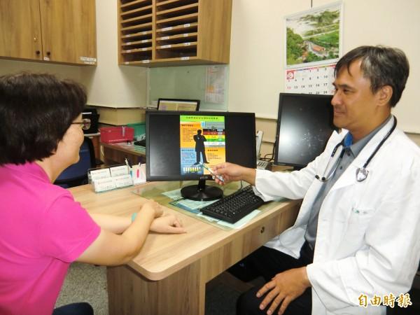 巫慶仁醫師(右)治療脫水中暑病患。(記者黃旭磊攝)