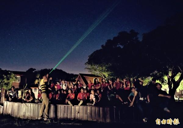 業者推出觀星活動,希望帶給遊客喧囂熱鬧玩法外的另類體驗。(記者蔡宗憲翻攝)
