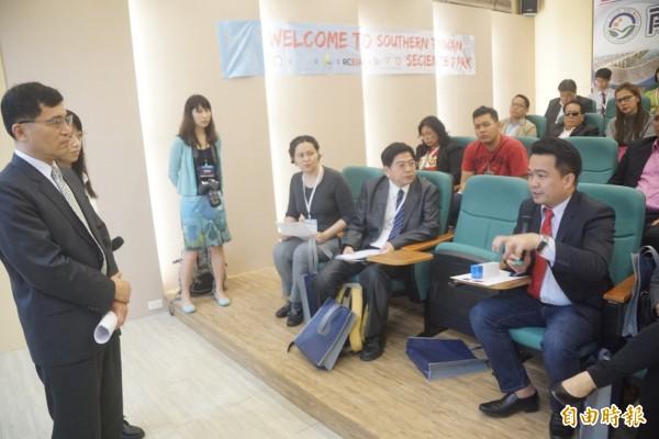 菲律賓達沃市副市長伯納德阿爾針對如何設置科技園區提出許多問題。(記者黃佳琳攝)
