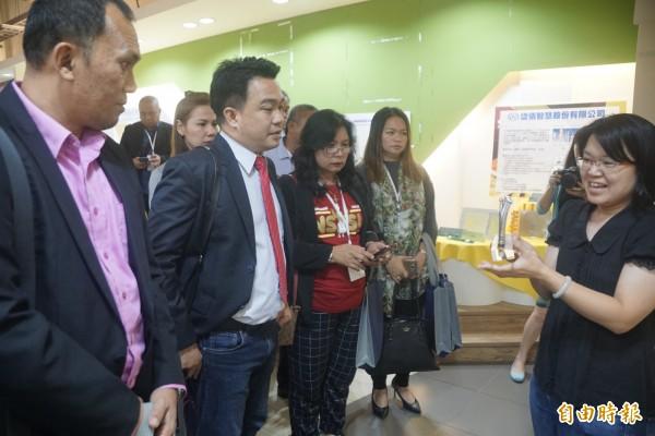菲律賓達沃市副市長伯納德阿爾參訪南科高雄園區。(記者黃佳琳攝)