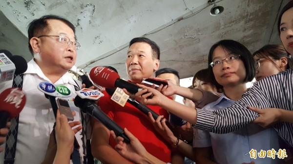 鍾小平(中)勘查第一果菜市場,許玄謀表示市府正在研議是否收回建物、停車場。(記者楊心慧攝)