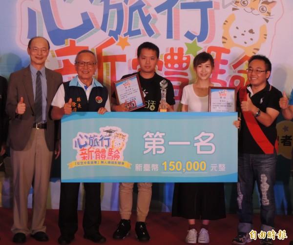 張文維(左三)、黃靖如(右二)花1個月苗栗縣「走透透」,獲無人機攝影競賽冠軍,苗栗縣長徐耀昌(左二)頒獎表揚。(記者張勳騰攝)