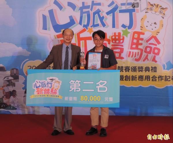獲苗栗縣無人機攝影競賽第二名的陳志廷(右)。(記者張勳騰攝)