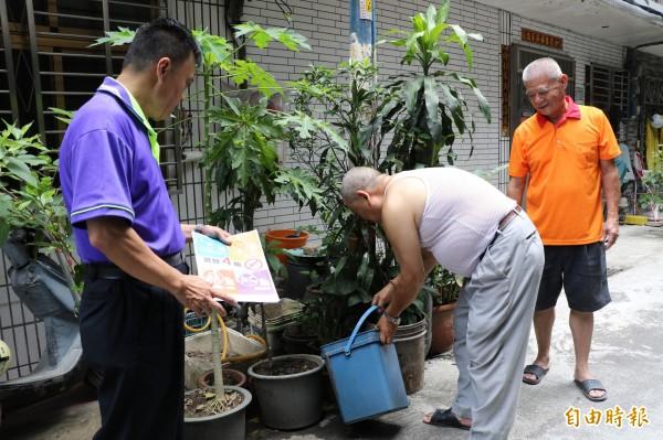 為防治登革熱,板橋龍興社區在龍安里長黃春生帶領下,進行家戶宣導。(記者賴筱桐攝)