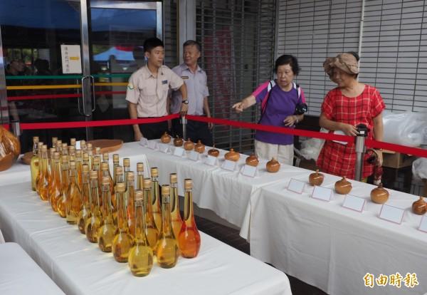 南投檢方首次拍賣35瓶紅檜和扁柏精油,很吸引民眾的目光。(記者陳鳳麗攝)