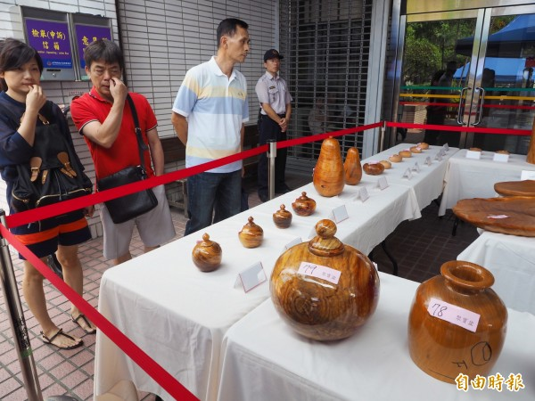 56件木藝小品仍有不少人來現場參觀,準備下手競標。(記者陳鳳麗攝)