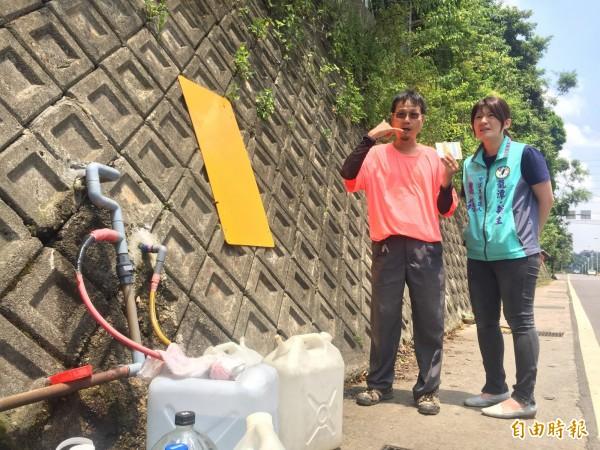 市議員參選人魏筠(右)昨前往山泉水取水處會勘。(記者許倬勛攝)