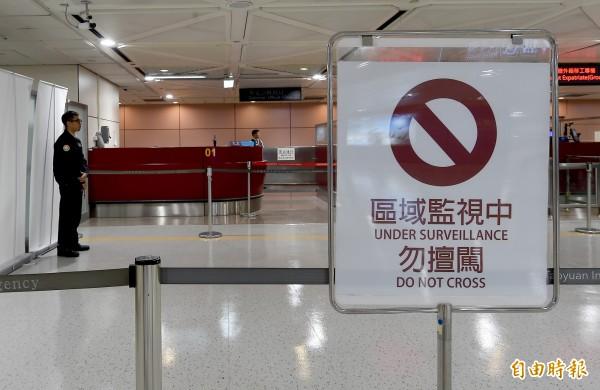桃園機場第二航廈再次發生旅客跨越證照查驗臺閘門闖關入境事件,移民署國境事務大隊在事件發生後加派人力防範。(記者朱沛雄攝)
