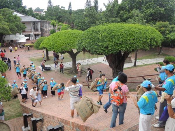 學子背布袋登王城。(區公所提供)