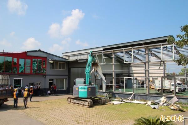 新竹縣政府今天開始,正式強制執行拆除被檢方列管的農地上鐵皮屋。(記者黃美珠攝)