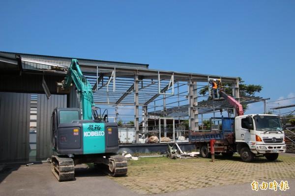 在檢方強力監督下,新竹縣政府今天開始,強制執行拆除農地上做工廠使用的鐵皮屋。(記者黃美珠攝)