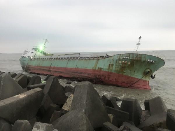 嘉明2號貨輪在布袋商港擱淺。(記者林宜樟翻攝)