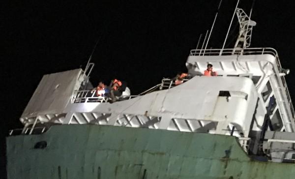 嘉明2號船員穿上救生衣等待救援。(記者林宜樟翻攝)