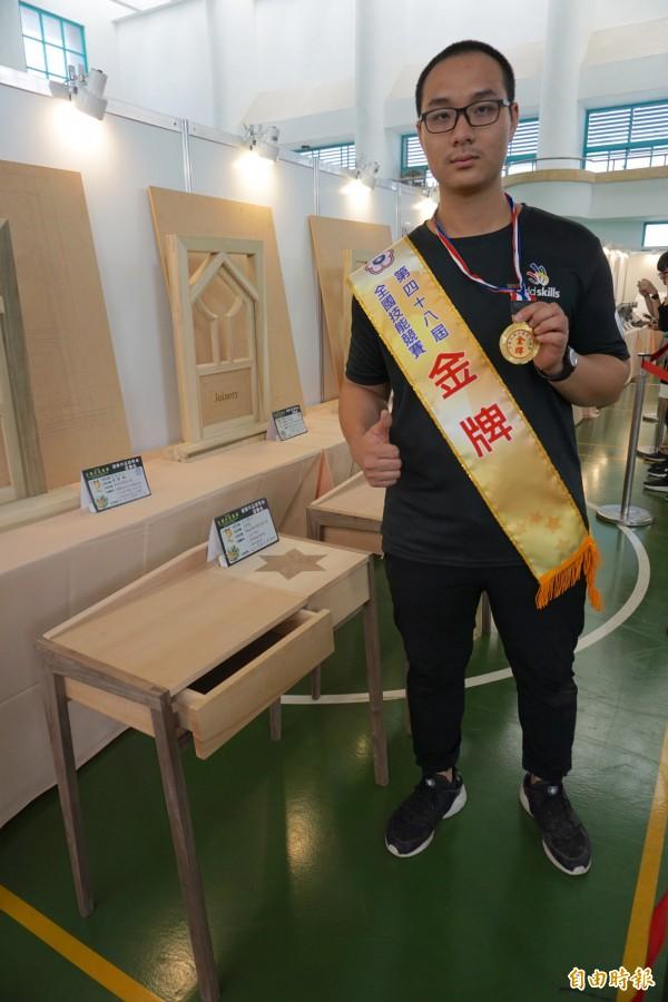 家具木工職類金牌得獎者詹善博,以桌子作品獲獎。(記者蔡淑媛攝)