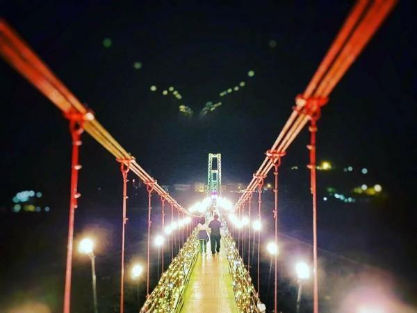 宜蘭縣大同鄉寒溪吊橋設計而成的巨無霸鵲橋,今晚開始試燈。(大同鄉公所提供)