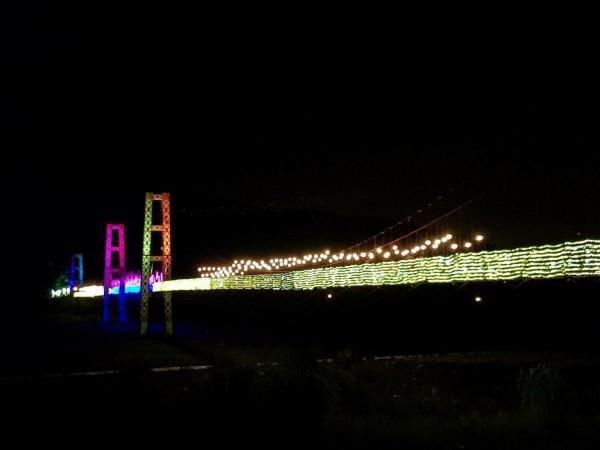 全長324公尺的寒溪吊橋,在黑夜裡閃閃發光,宛如天上銀河。(大同鄉公所提供)