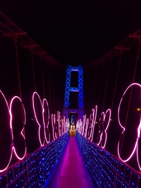 夜晚的寒溪吊橋,散發出浪漫氛圍。(大同鄉公所提供)