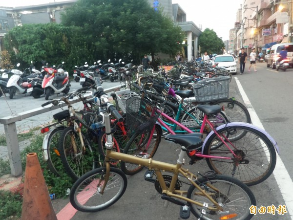 民眾陳情,竹北車站和平街側的前站,站區和路邊長期停放大量自行車無人管理,常見行人被迫走在車道上。(記者廖雪茹攝)