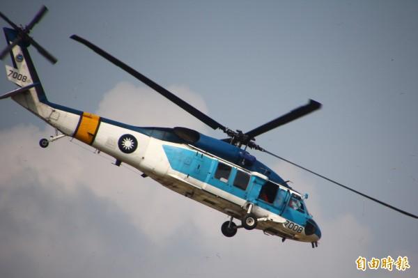 S-70C海鷗直升機8月11日於空軍嘉義基地,將在全國民眾前公開操演,是除役前的告別秀。(記者林宜樟攝)