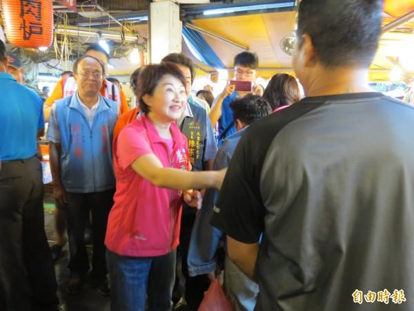 國民黨台中市長參選人盧秀燕至大里仁化黃昏市場拜票,受到民眾歡迎(記者蘇金鳳攝)