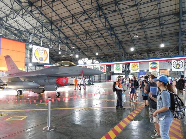 空軍嘉義基地睽違6年,今天舉行「航空嘉年華抵嘉」活動,大規模開放民眾參觀。(記者曾迺強攝)