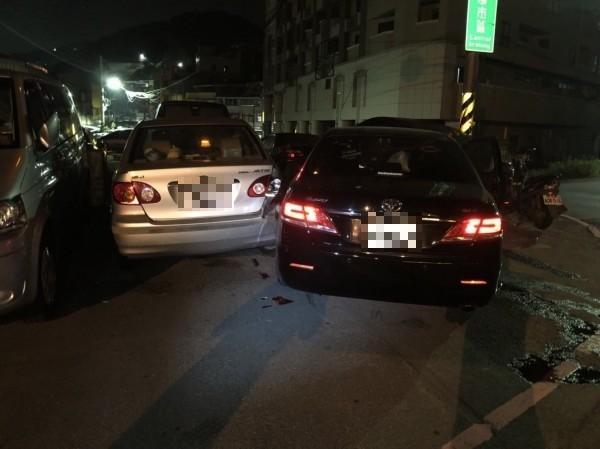 台北市議員童仲彥酒後駕駛Camry轎車,因不熟悉路況,撞上路旁轎車,造成3輛車受損。(記者林嘉東翻攝)