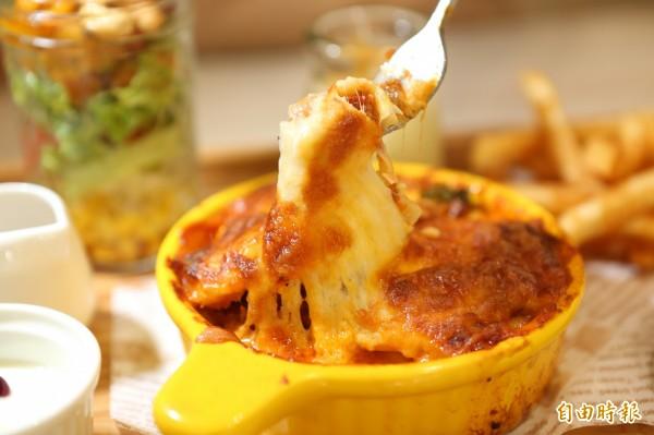焗烤肉醬帕可里千層麵,粗水管麵堆疊如蜂巢包覆住肉醬,麵香、肉醬與起士的完美組合。(記者蔡淑媛攝)