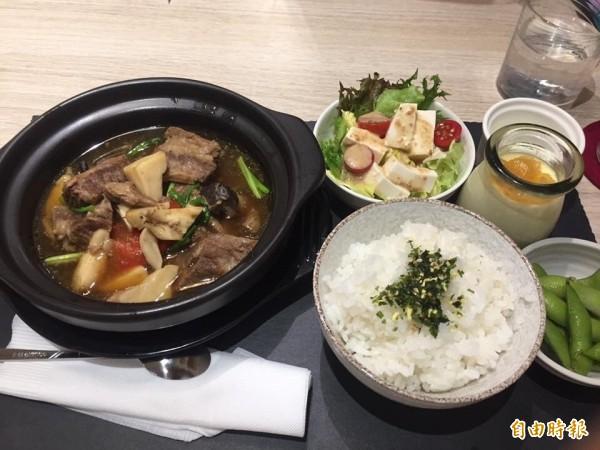 慢慢燉牛肉鍋,原味呈現紅燒牛肉的濃郁,及天然蔬果香甜,是店裡的招牌之一。(記者蔡淑媛攝)
