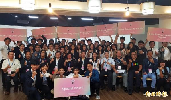 新南向青年創業交流營隊,大家把辛苦的成果發表出來,也展現跨國合作創業的企圖心。(記者張忠義攝)