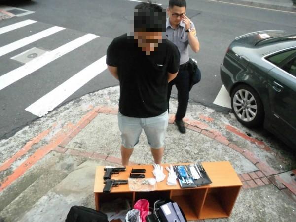 林男被警方查獲持有制式和改造械彈。(記者劉慶侯翻攝)