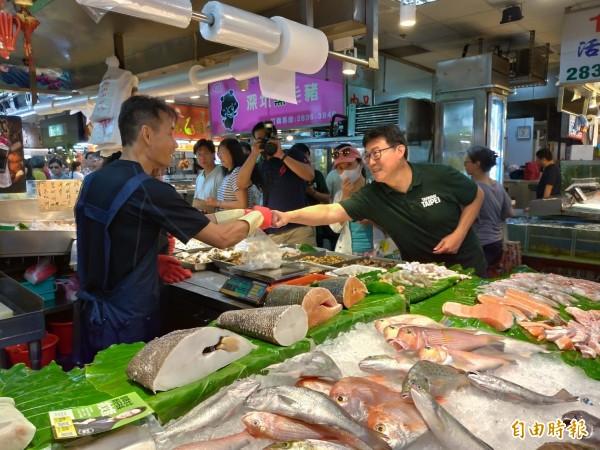 民進黨台北市長參選人姚文智前往士東市場拜票,逐一跟攤商握手致意。(記者蔡亞樺攝)