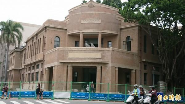 南美館一館是市定古蹟「原台南警察署」基地。(記者洪瑞琴攝)