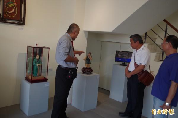 蔡顯勇(左)介紹創作歷程。(記者林國賢攝)