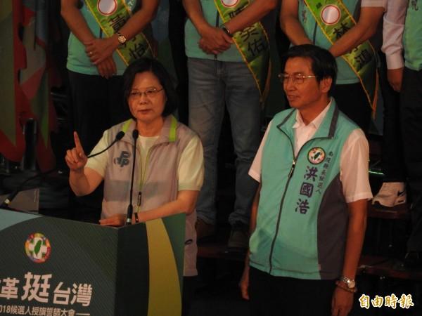 總統蔡英文火力全開,痛批對手國民黨只會唱衰台灣,並提出失業率、國內外企業投資台灣等證據,證明台灣是好所在。(記者佟振國攝)
