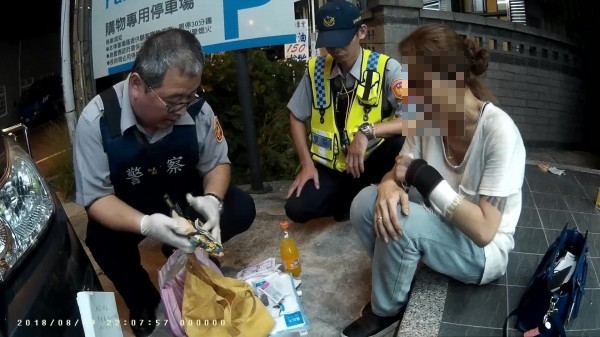 霧峰員警查獲一名女子持有400多克K他命。(記者蘇金鳳翻攝)