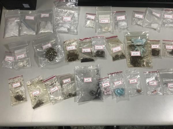 警方在兩名毒販家中查獲多項毒品吸食用具以及毒品。(記者陳薏云翻攝)