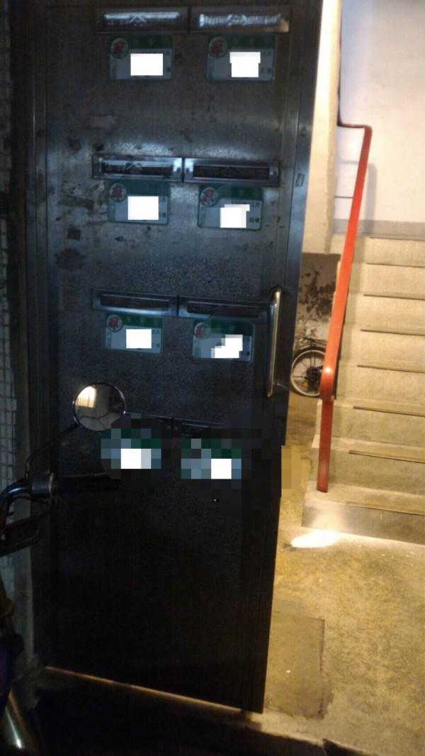 北市康樂街136巷弄內某公寓一樓大門內,遭2男1女丟擲1枚信號彈。(記者陳恩惠翻攝)