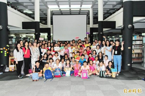靜宜大學與南投縣文化局及18度C文化基金會合作,舉辦暑期創意閱讀營,造福偏鄉學童。(記者歐素美攝)