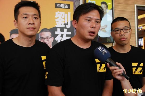 黃國昌(中)回應黨員曾具藍軍身分的質疑。(記者許倬勛攝)