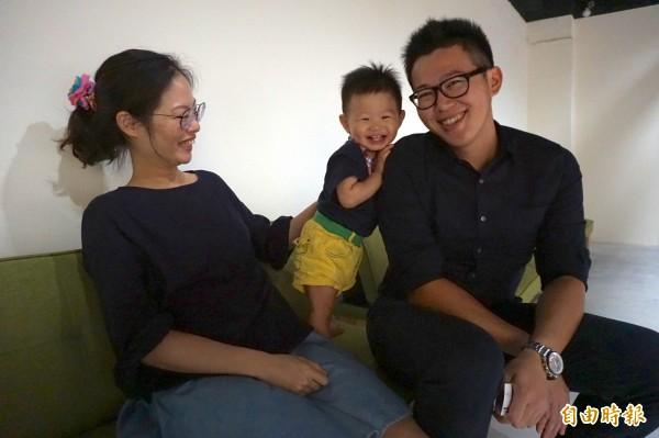 兒子凱凱在連長吳奕穎受訪時仍不停撒嬌,一家三口幸福洋溢。(記者蔡淑媛攝)