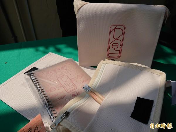南市民政局開發廟宇文創商品文昌文具組合。(記者洪瑞琴攝)