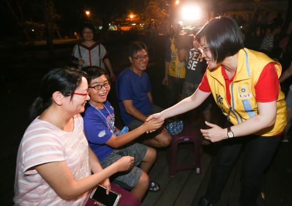 新竹縣長參選人、民國黨主席徐欣瑩(右一)昨晚參加鄧雨賢紀念音樂會,和在場民眾熱情互動。(圖由徐欣瑩陣營提供)