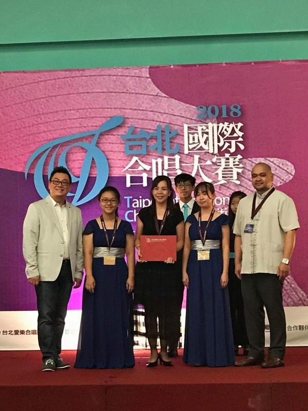 新竹女中合唱團日前參加第一屆台北國際合唱大賽,獲女聲組金獎冠軍,民謠傳統類組金獎與最有潛力指揮獎。(照片由新竹女中提供)