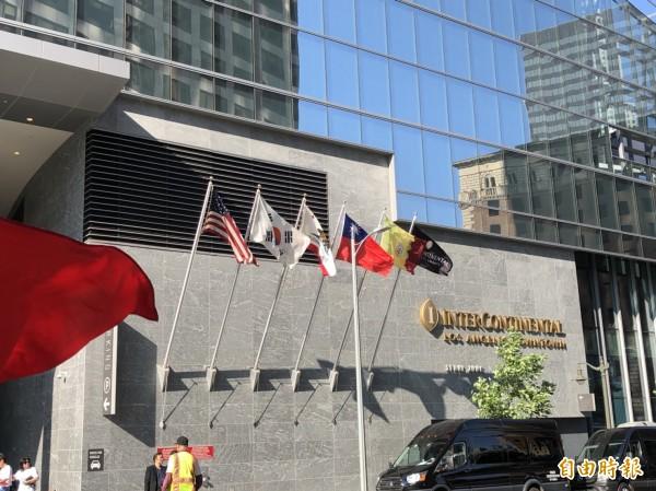 蔡總統下榻洲際飯店,升起國旗歡迎到訪。(記者蘇永耀攝)