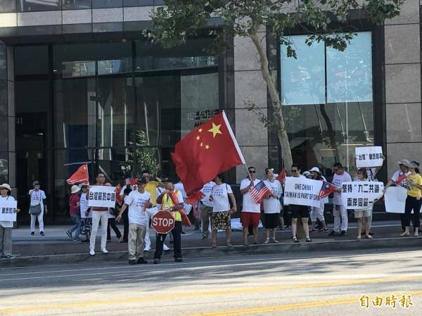 總統抵美行程公開化,洛杉磯當地中國僑團則在飯店對街呼口號抗議,除高喊反對台獨,並批蔡英文是「騙子」,應要下台。(特派記者蘇永耀攝)